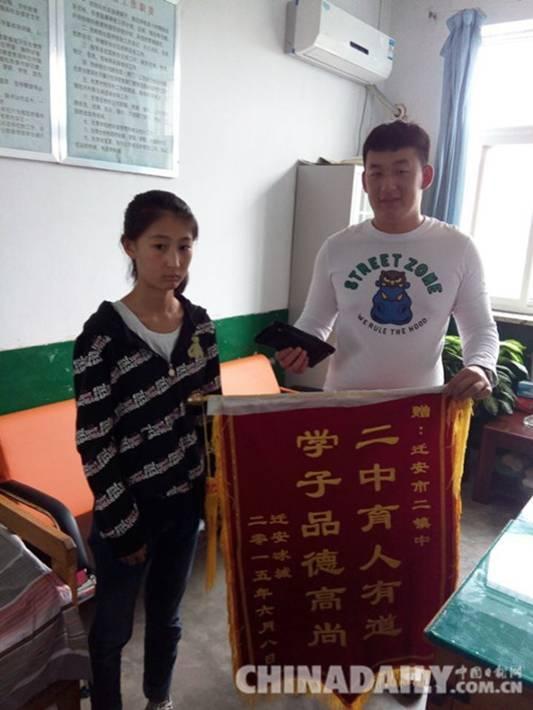 失主把锦旗送到学校,送到学生手里,希望学校予以表彰