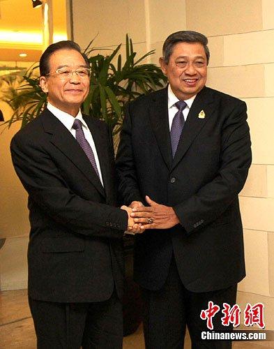 温家宝会晤印尼总统:中国愿探讨南海行为准则