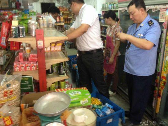 莞城公安、工商、食药监的工作人员正在莞城创业路上挨家挨户,要求所有的便利店停卖盒装王老吉,牛奶,冰红茶等饮料。