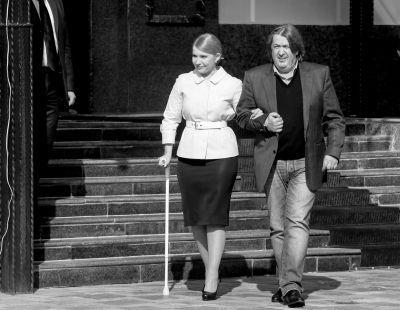 3月27日,乌克兰基辅,前总理季莫申科在朋友的陪伴下赴新闻发布会现场,宣布将参加乌克兰总统选举。 图/CFP