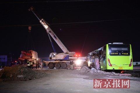 北京大兴渣土车拦腰撞上公交 2 名乘客身亡(图)