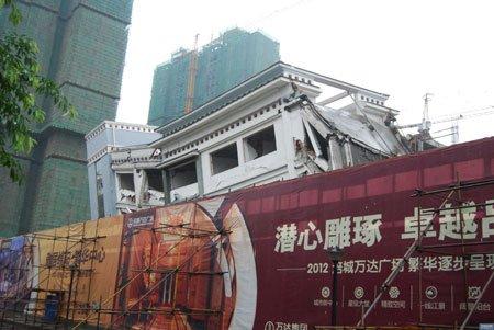 """""""教学楼正准备拆除,这里要修建商业中心。"""" 在现场的一位万达广场项目部人士对本报说。"""