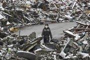 一名女子从白雪覆盖的废墟中走过