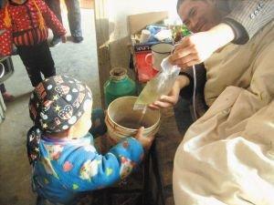 女童照顾瘫痪父亲被报道 镇政府称可免费治疗