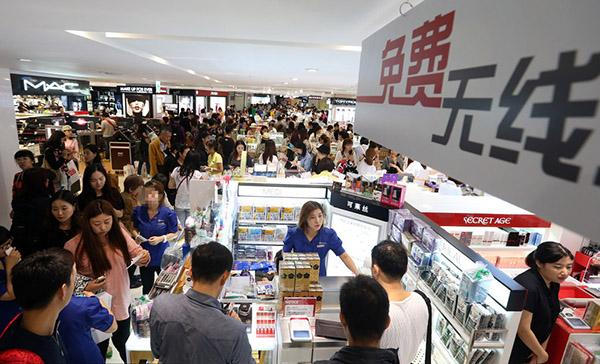 韩媒:16万中国游客涌入韩国 抢购商品引发混乱