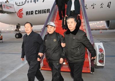 辽宁凤城原书记逃美2年半回国自首 下飞机绽笑容