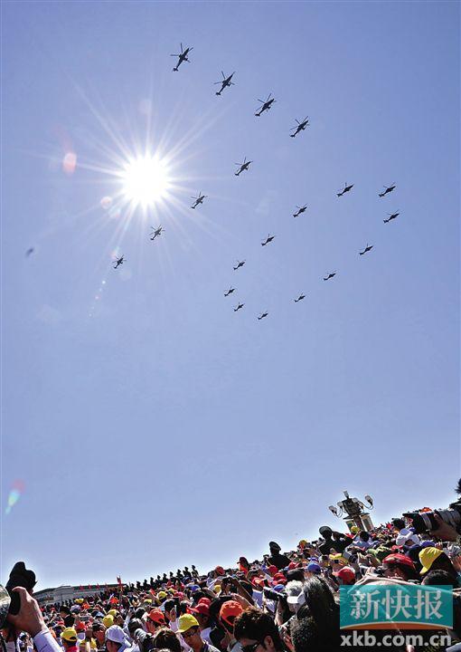 """空中护旗方队20架直升机组成""""70""""字样,这是我国在阅兵中首次采用纪念数字的编队飞行。新华社发"""