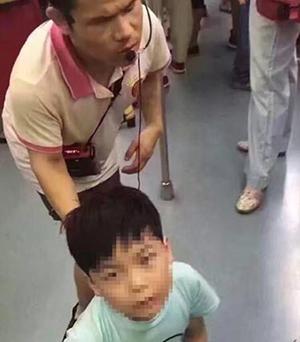 8岁男童地铁下跪乞讨:求妈别让他跪着
