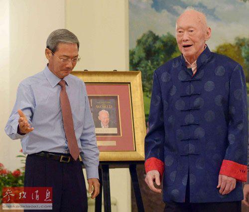 8月6日,在新加坡总统府,新加坡前总理李光耀(右)与新加坡报业控股主席李文献出席新书发布会。(摄影邓智炜)