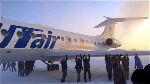 俄客机零下52度下被冻冰面上难起飞 乘客推飞机(图)