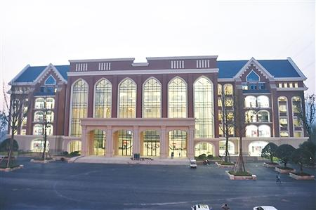 重庆高校宿舍似洋房食堂像别墅 随处见水晶吊灯