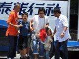 谈判专家协助几名被释放的游客离开被劫持的旅游观光客车