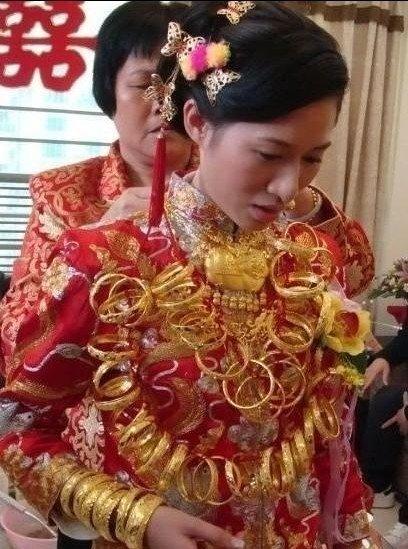 福建一新娘出嫁戴10斤金饰被指炫富(图)