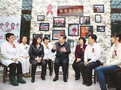 习近平看望艾滋病人:都要用爱心照亮其生活