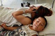 小孩在病床上睡着 母亲电话报平安
