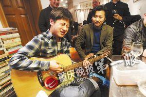 来宾抱起吉他边弹边唱献给小酌的人们