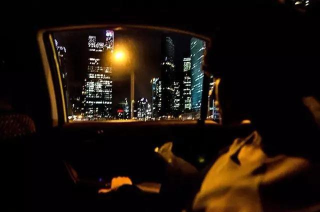 27岁的新加坡白领Liyana Sungep在下班回家的路上打量着新加坡城市面貌的变化。