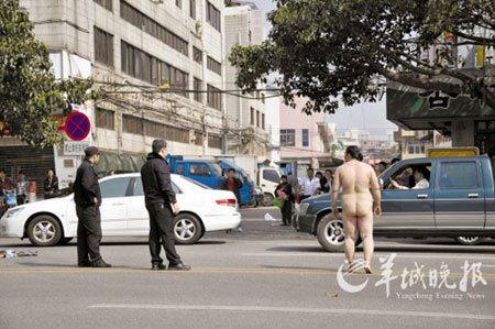 两车轻擦骑车女裸体索赔 引发围观四车追尾/图
