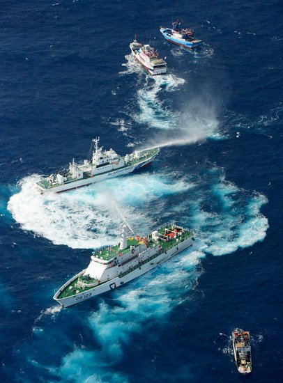 台渔船逼近钓鱼岛 台海巡船喷水柱还击日舰艇