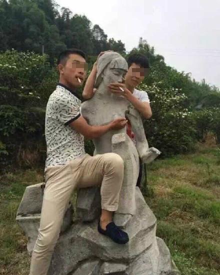 四川宜宾景区妇女雕像遭男子搂抱摸胸(图)