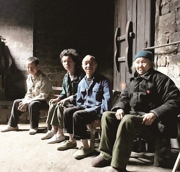 老太担心去世后3个傻儿无人照顾 存下3大缸稻谷