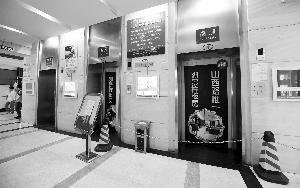 南京58层大楼火灾后电梯停用 居民出行靠爬楼