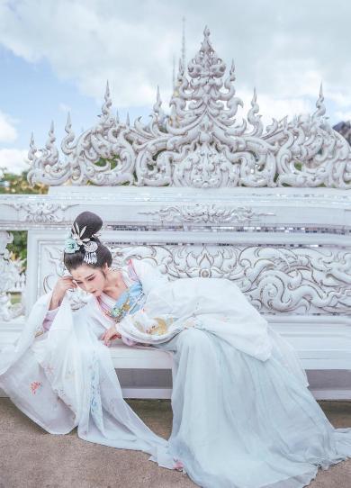 中国女孩白庙汉服写真红遍泰国 侧卧照引庙主不满
