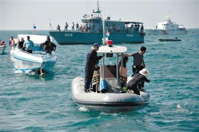 2010年12月1日 两中国游客在普吉岛驾摩托艇海上竞速,撞上帆船落水