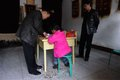 组图:越南9岁女童被卖至陕西嫁给35岁农民