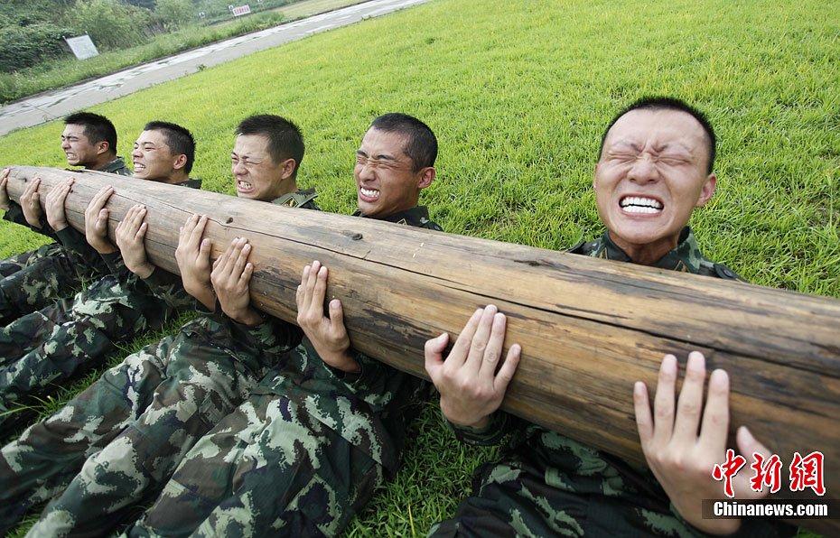 组图:大学生武警严酷环境下开展军事训练