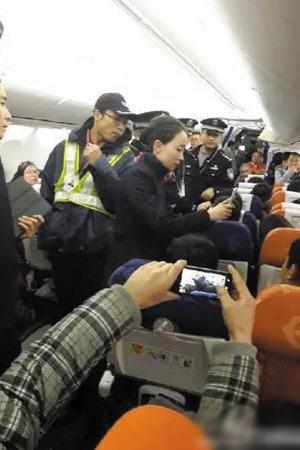 昆明机场强开舱门事件2人被拘 东航否认机长骂人