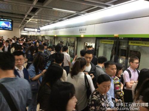 武汉地铁一列车出现火花官方称已退出运行恢复正常