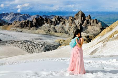 湖南美女登上6168米雪山 穿薄纱裙拍艺术照