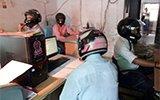 天花板掉水泥 印度员工被迫戴头盔工作