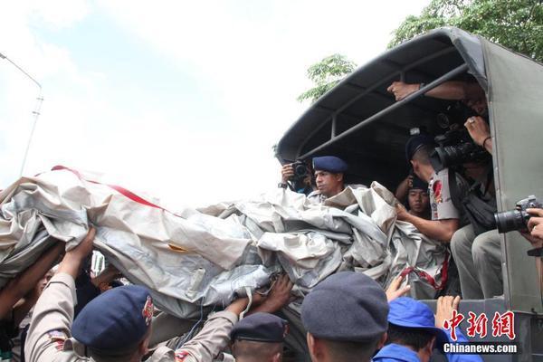 印尼搜救队打捞出失事亚航逃生滑梯残骸