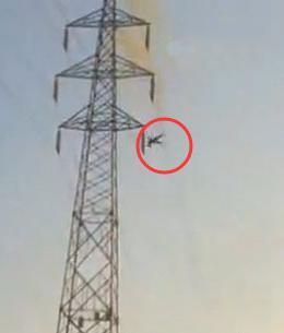 女子爬高压电塔上脱衣 触电爆出火球坠亡(图)