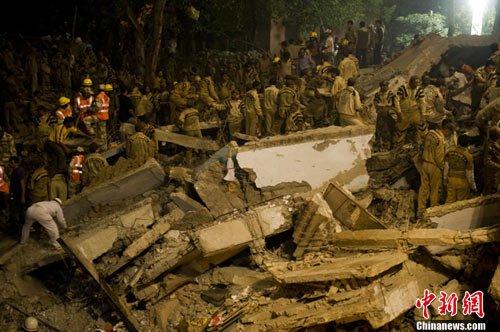 印度居民楼倒塌已致60死80伤 现场救援困难