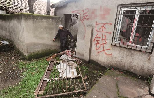 楚天都市报讯(记者满达黄士峰)儿子欠债后去向不明,讨债者多次上门打砸,还在墙上泼油漆。昨日,家住青山区白玉山街火官村的熊婆婆说,她和8岁的孙子每天胆战心惊。