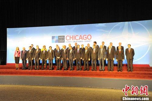 当地时间5月20日晚,北约峰会与会领导人合影。北约峰会当天在美国芝加哥开幕,为期两天的会议将重点讨论阿富汗问题等。中新社发 北约供图