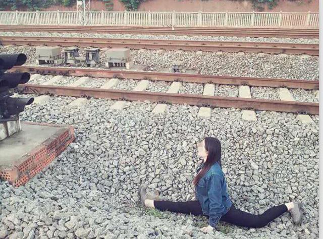 湖南女生铁道旁一字马自拍 被救后吓得走不动路