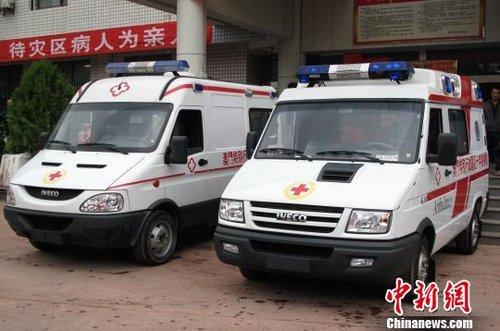 图为澳门红十字会向彝良捐赠的两辆救护车。