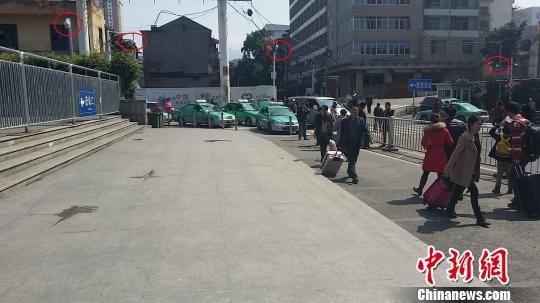 图为春运期间,在福建省福州火车站周边。 龙敏 摄