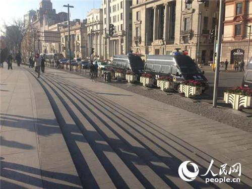 上海市民自发在外滩祭奠逝者(组图)