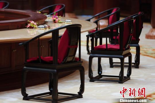 """设计师揭秘""""APEC椅"""":每把都不一样"""