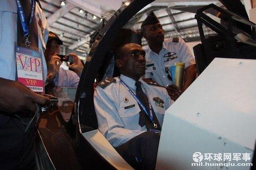 各国空军代表团争相体验L-15飞行模拟器(图)
