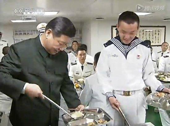 习近平考察南海舰队 与士兵共进午餐自己打饭