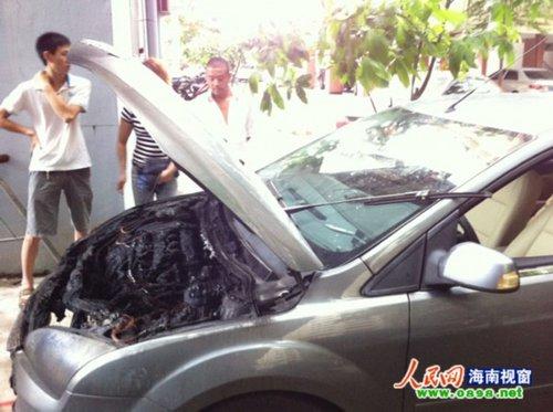 海口:福特轿车小区内发生自燃 幸未造成伤亡