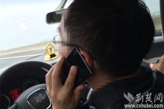 大四女生举报父亲开车接打电话 获警方奖励100元
