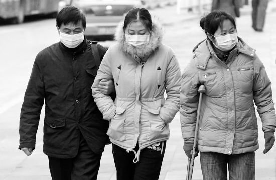 因病取保候审的李晓航(中)在父母的陪同下来到法院 摄/法制晚报记者曹博远