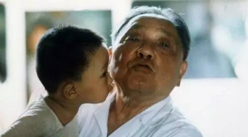 """""""两个丑八怪。""""邓小平评价自己和孙子邓卓棣的亲吻照。"""